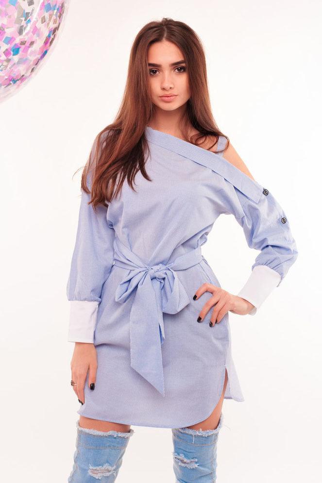Платье-рубашка с открытым плечом, голубое