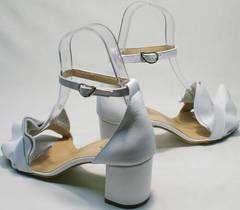 Вечерние босоножки на устойчивом каблуке с закрытой пяткой Ari Andano K-0100 White