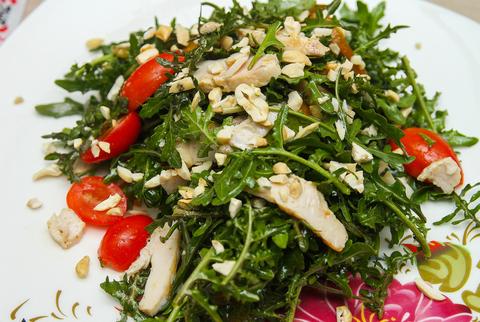 Салат из рукколы с куриным филе