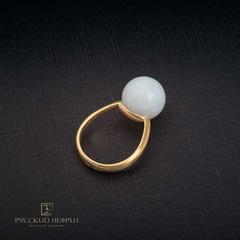 Кольцо с белым нефритом позолоченное . Perlus.