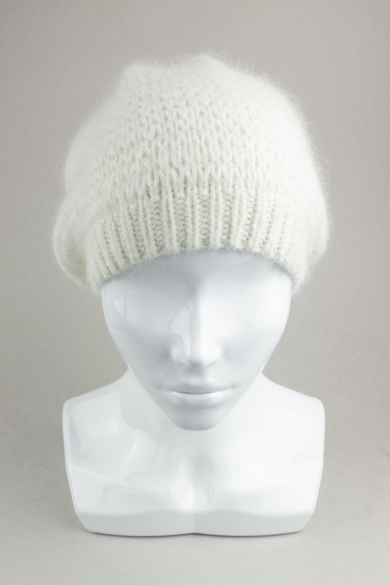 Вязаная женская шапка из ангоры белая шерсть