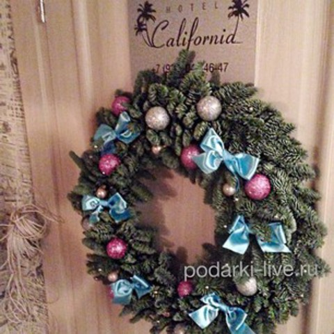 Новогодний веночек из европейской ели с бантиками