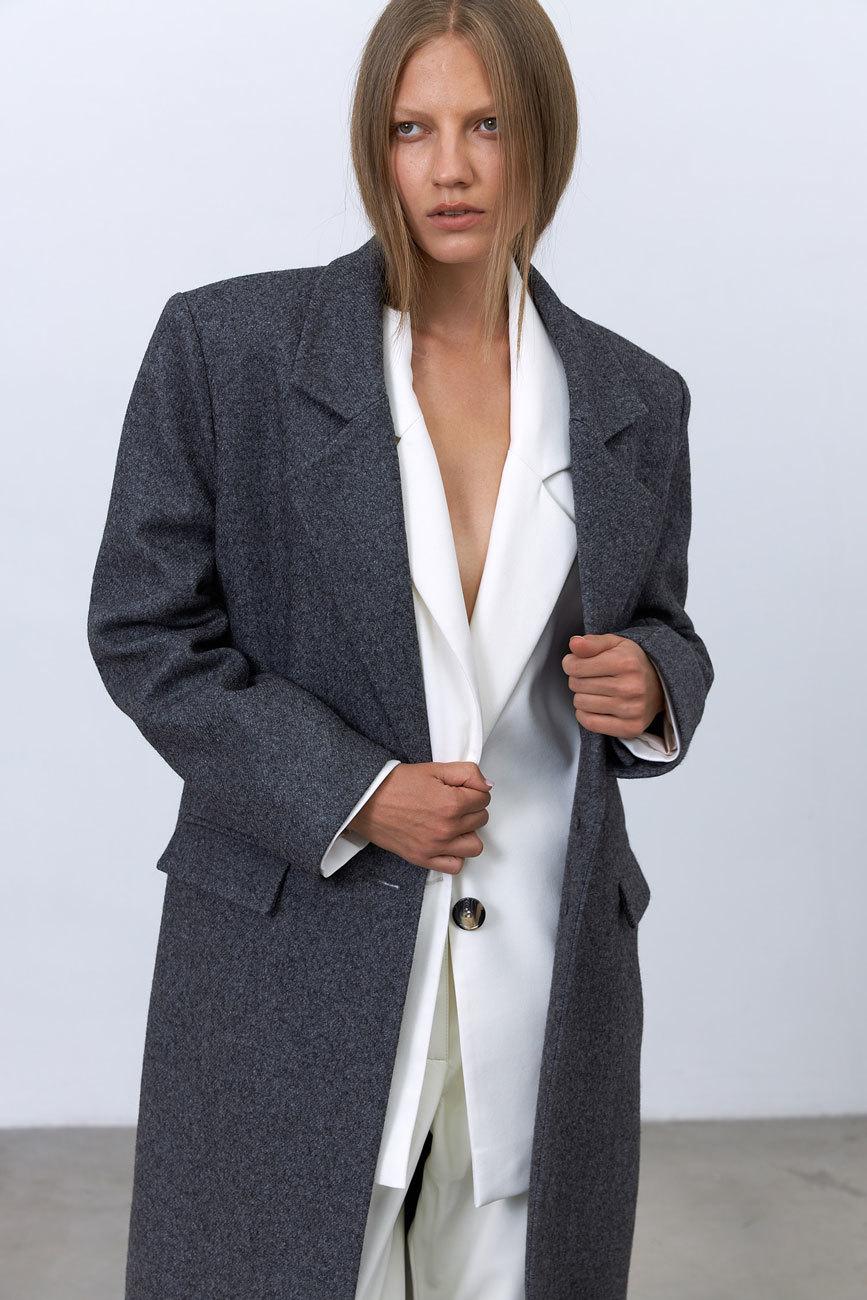 Пальто в мужском стиле с хлястиком на спинке, графит