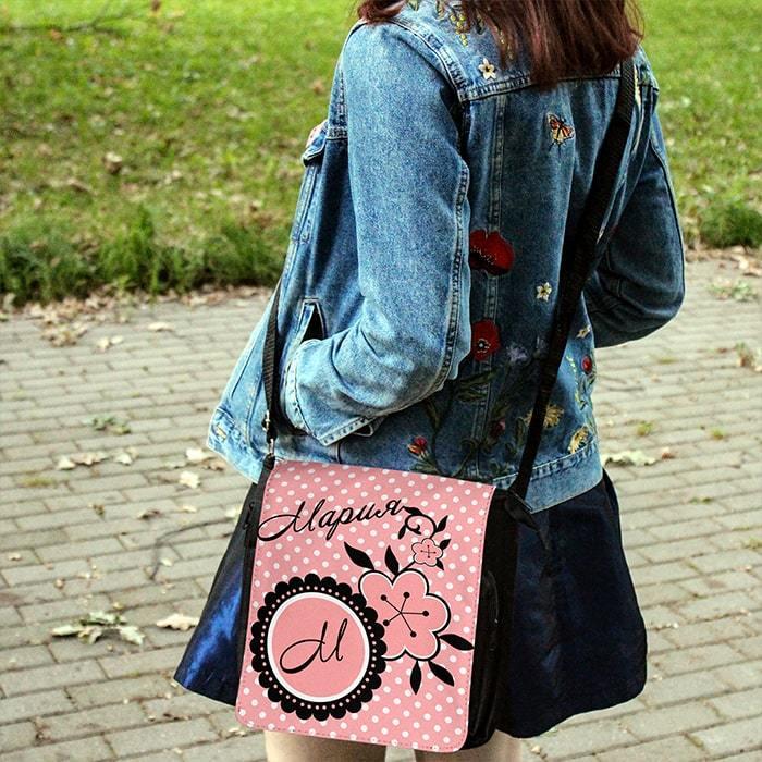 Именная сумка Маринетт (на модели) - купить в интернет-магазине kinoshop24.ru с быстрой доставкой