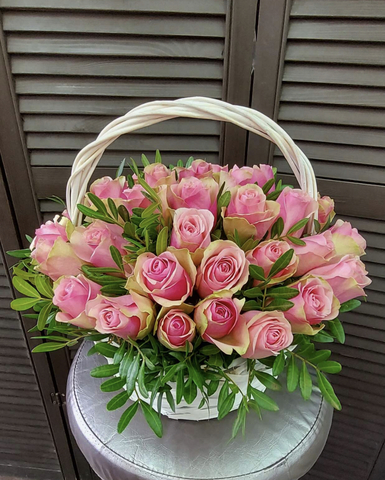 35 роз с зеленью в корзинке #2772
