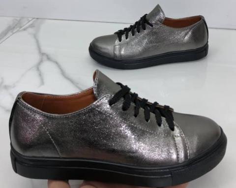 Кожаные кеды кроссовки женские. Спортивные туфли кроссовки кожаные. Серебряные кеды на черной подошве.