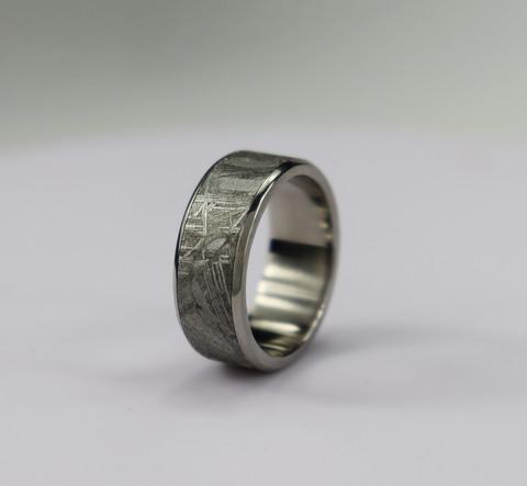 Кольцо из титиана и метеорита Муонионалуста