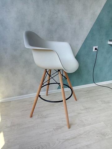 Интерьерное барное кресло на четырех ножках Eames Long BAR