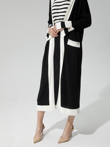 Женский кардиган черного цвета с карманами и контрастными вставками - фото 3
