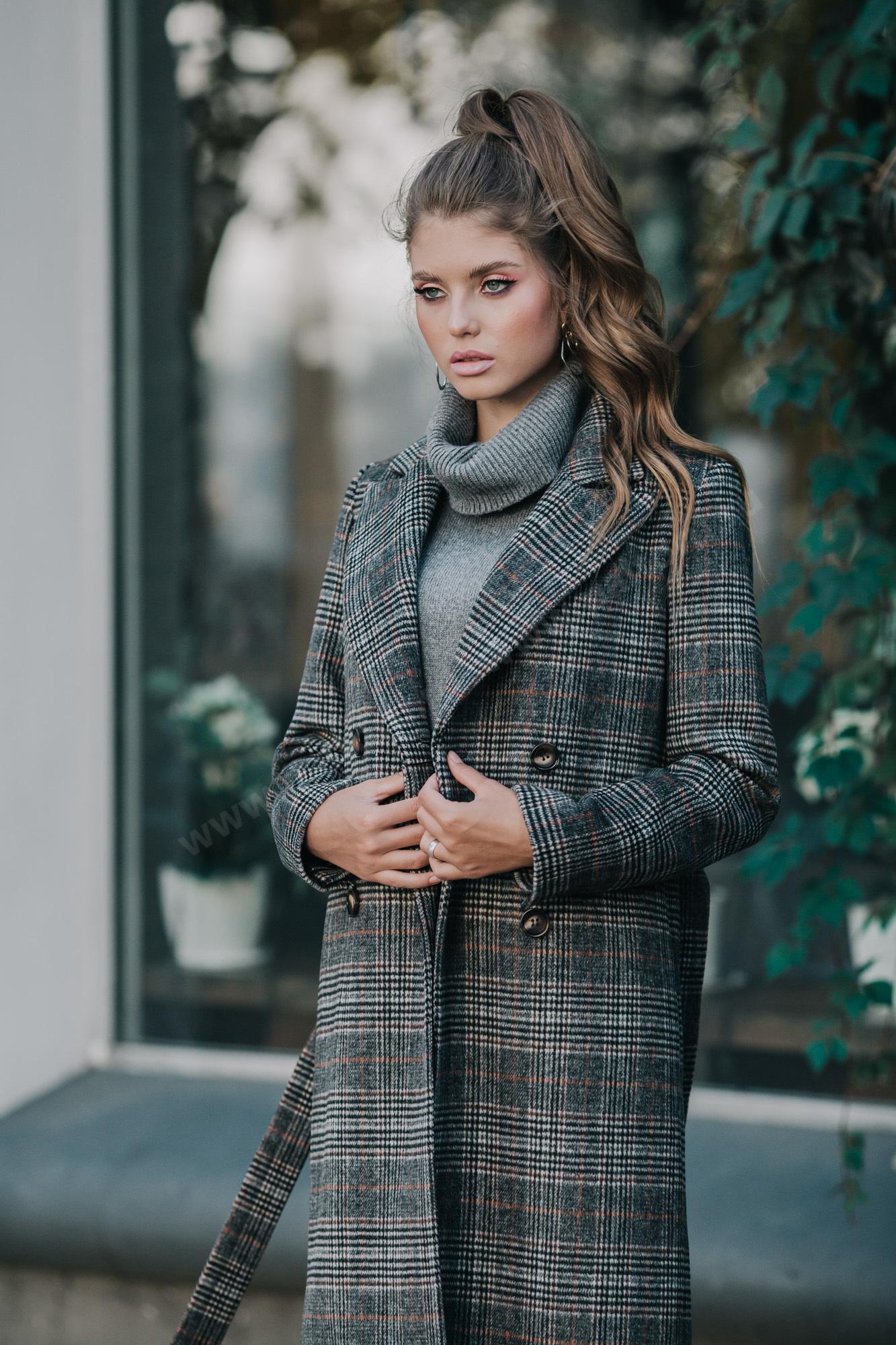 Великолепное двубортное пальто в классическом стиле с отложным английским воротником. Пальто изготовлено из шерстяной ткани с модным принтом английская клетка