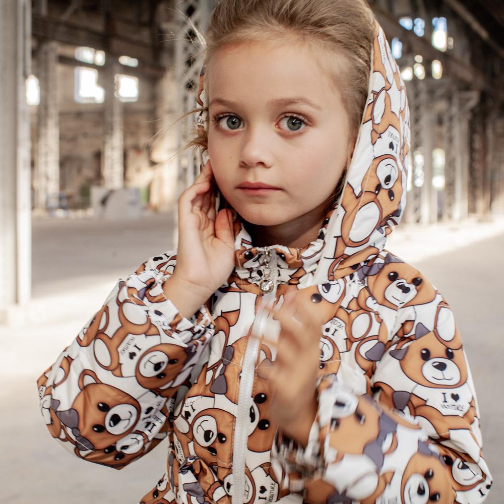 Детское демисезонное пальто с принтом  «Мишки» на девочку белого цвета