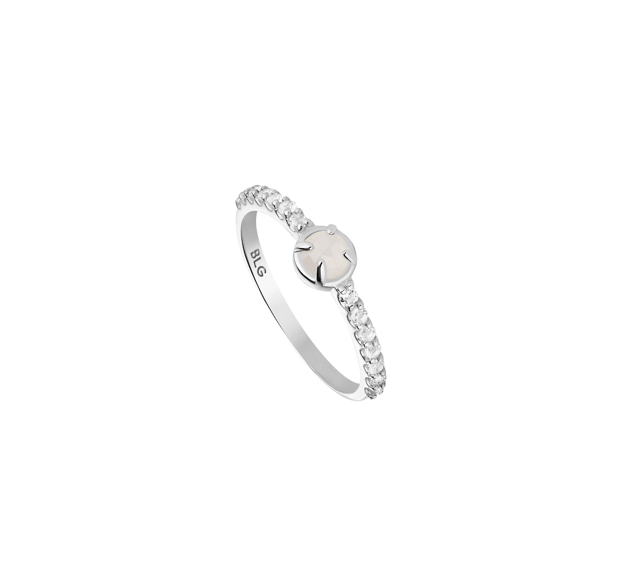 Нежное кольцо из серебра  с лунным камнем и белыми топазами