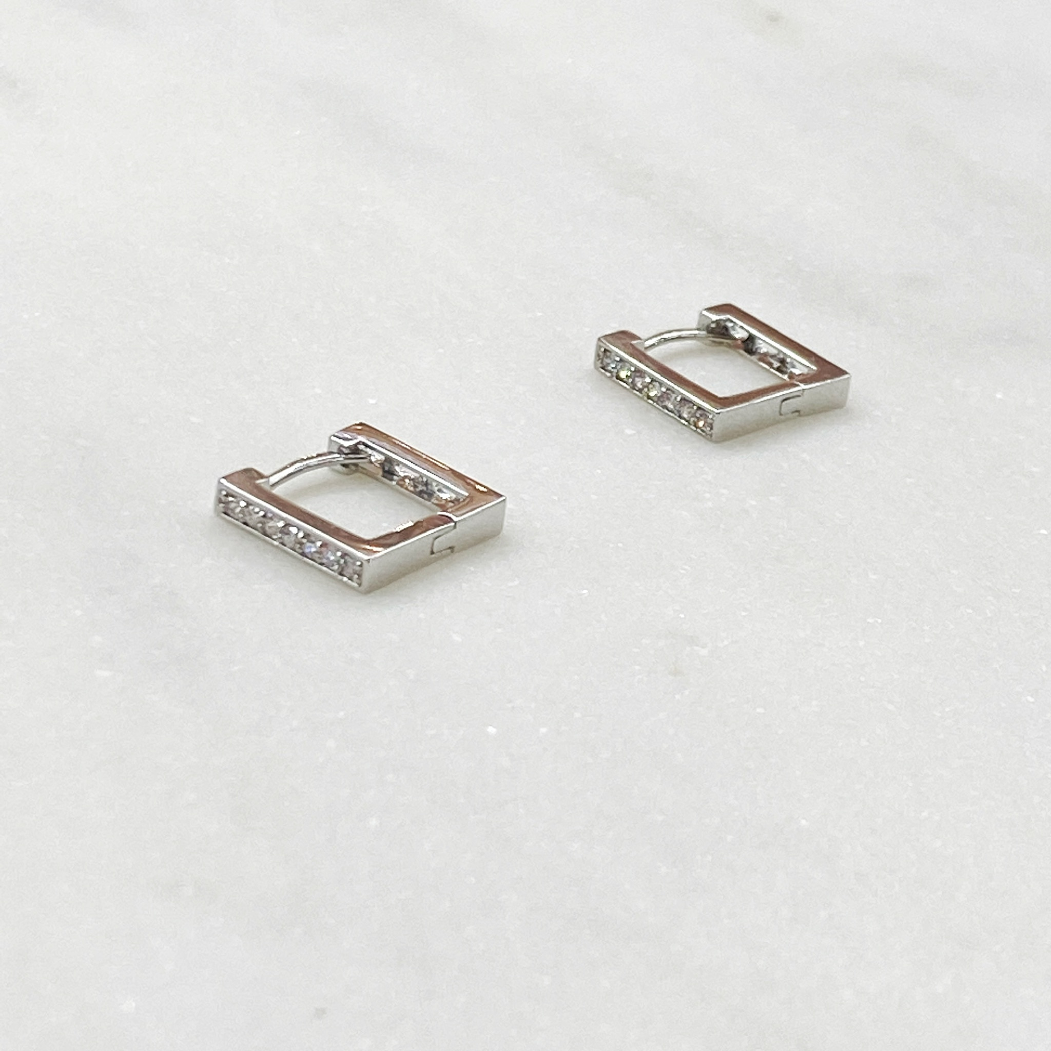 Серьги мини-конго квадратные с цирконами (серебристый)
