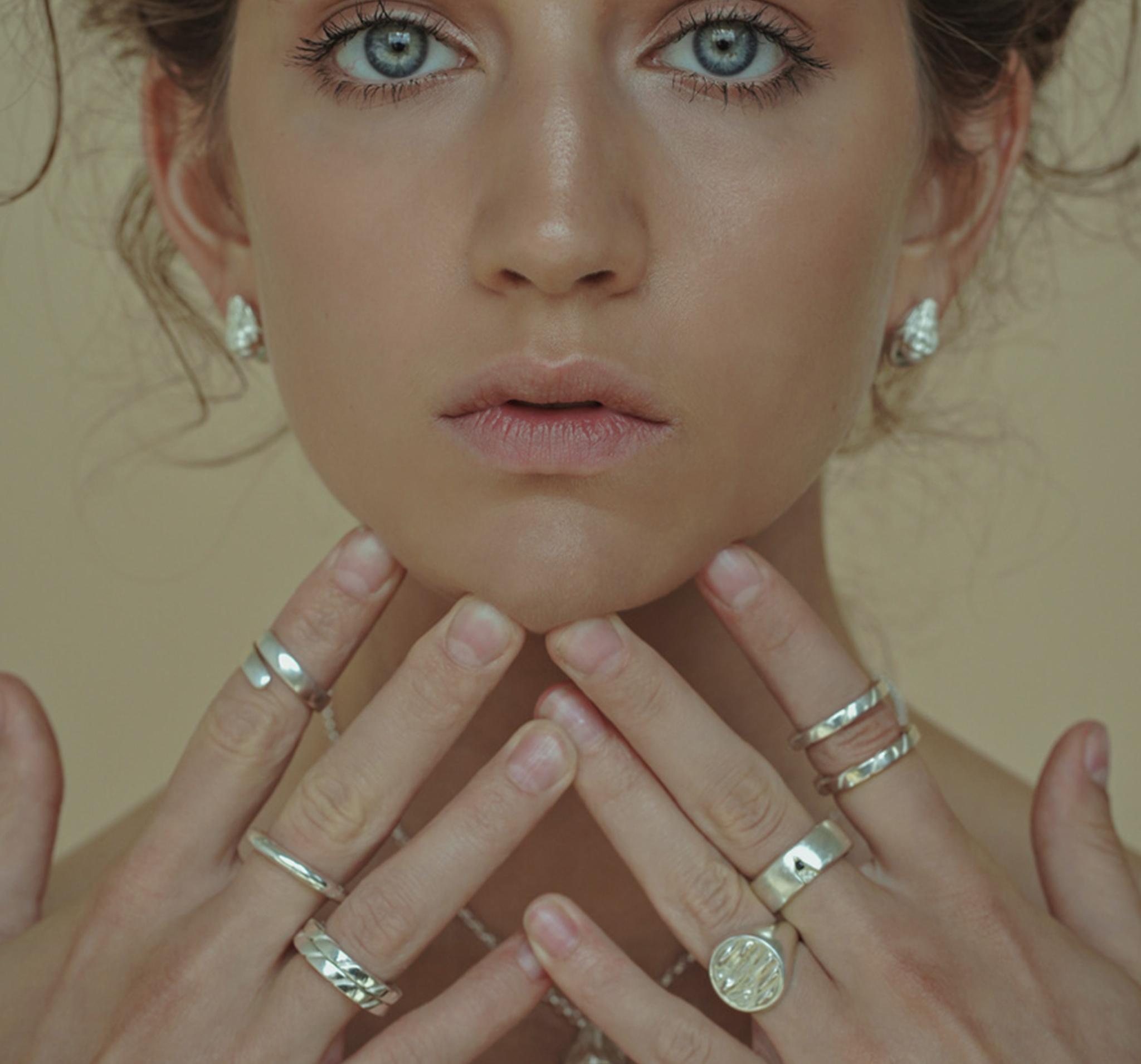 Широкое серебряное кольцо с элементом в виде трещины и черным кристаллом Swarovski
