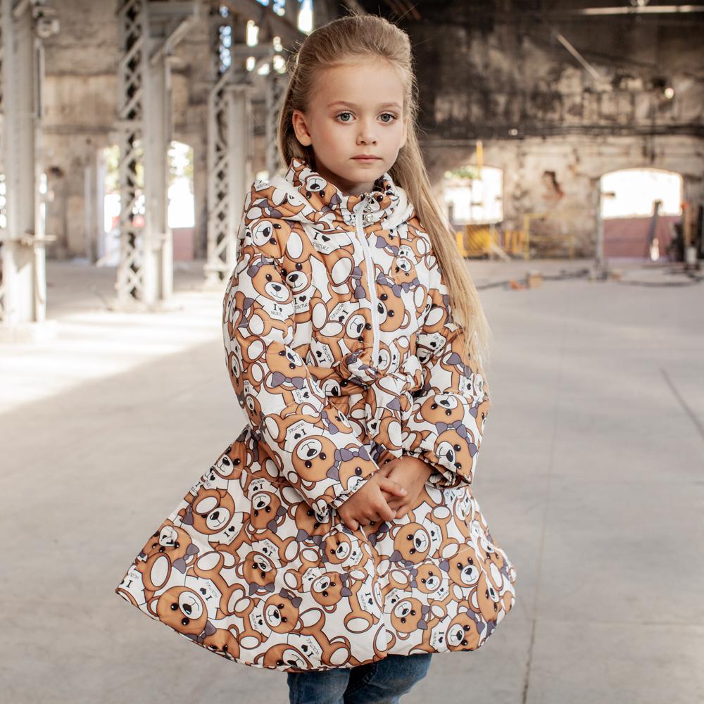 Дитяче демісезонне пальто з принтом «Ведмедики» на дівчинку білого кольору