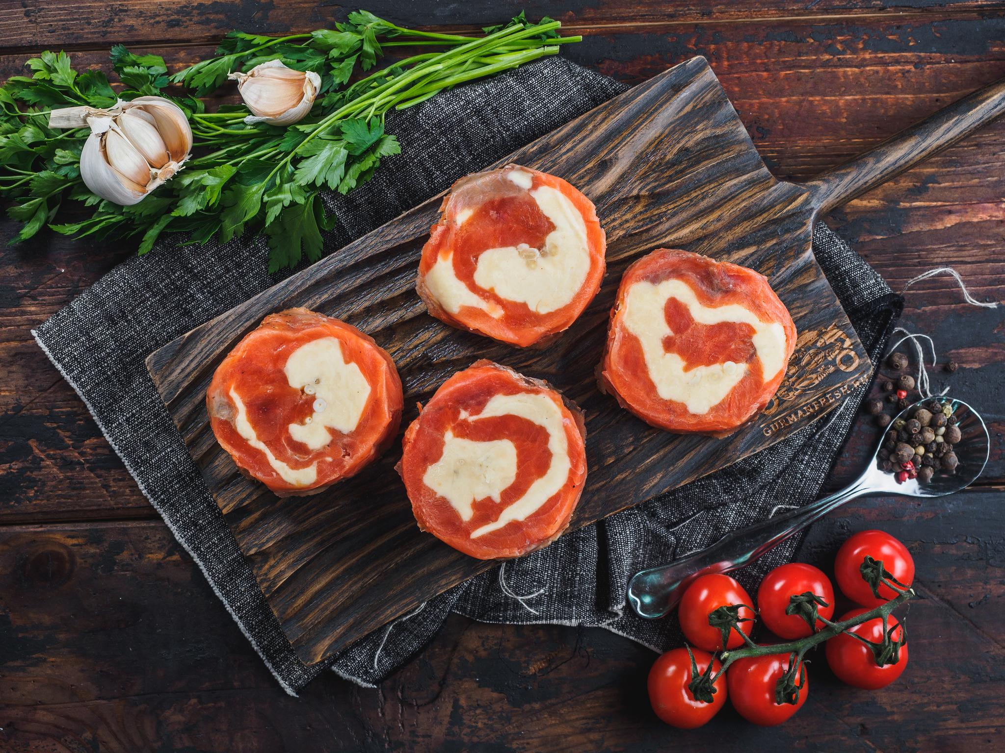 Рулеты из кижуча с сыром и кедровыми орешками (свежемороженые)