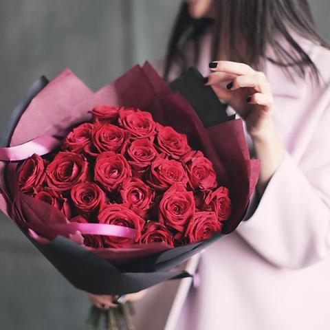 Стильный букет из 25 красных роз