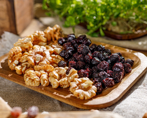 грецкий орех без горечи и вяленая вишня с косточкой