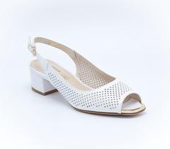 Белые кожаные босоножки на низком каблуке