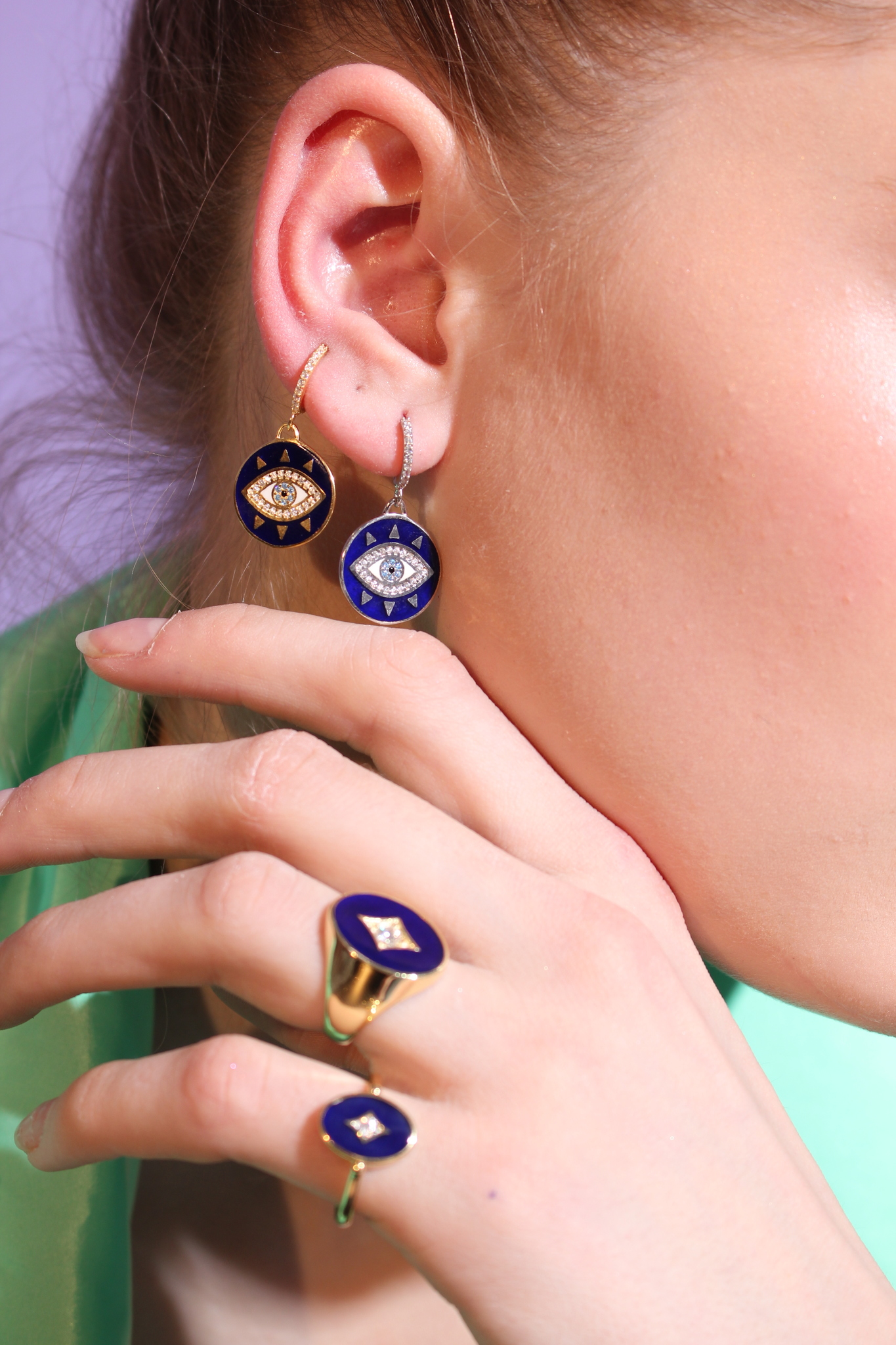Signet ring in gold plated silver with dark blue enamel
