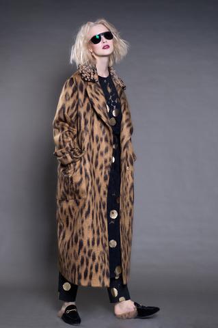 Длинное двубортное пальто с накладным воротником, кутюрная ткань.