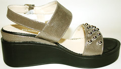Бежевые босоножки на невысокой платформе. Женские сандали на танкетке. Летние сандадии с шипами El Passo Lihte Beige.