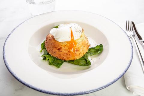 Булочка с сыром яйцом пашот