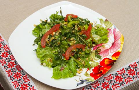 Салат из рукколы и тыквенных семечек