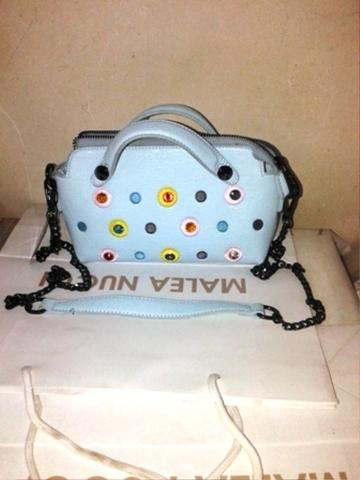Голубая сумка- клатч с фурнитурой из цветных камней