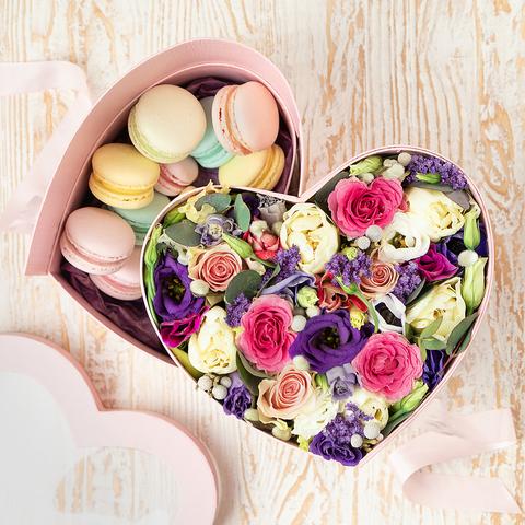 Двухъярусная коробочка в форме сердца с пирожными Макарон и цветами