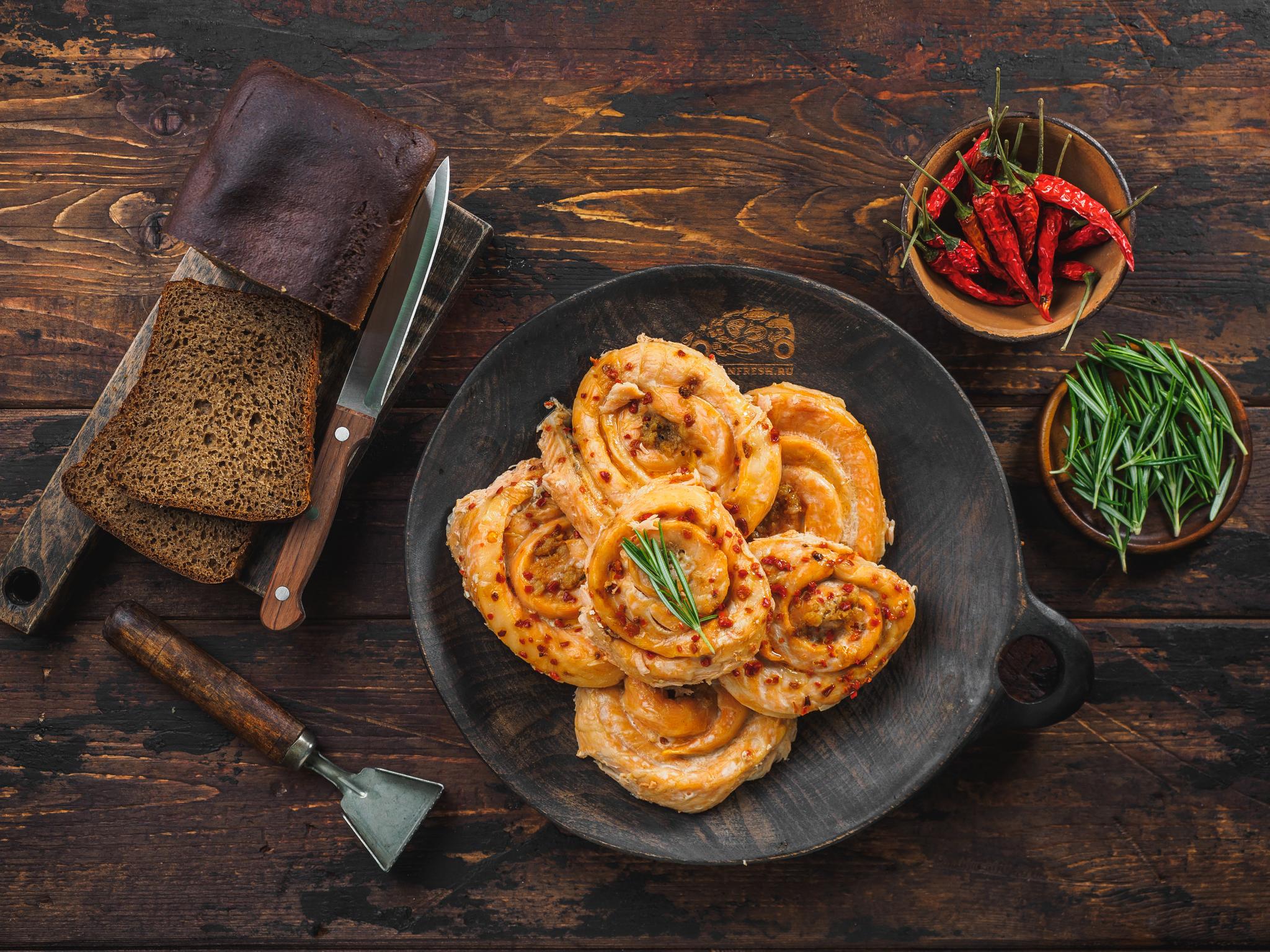 Рулет из лосося горячего копчения с сыром и паприкой