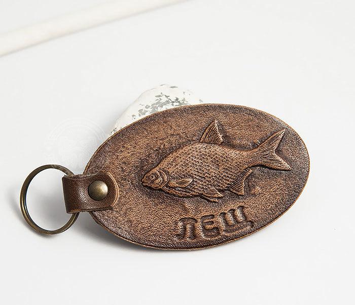 BY27-01-15 Кожаный брелок «Ловись рыбка. Лещ»