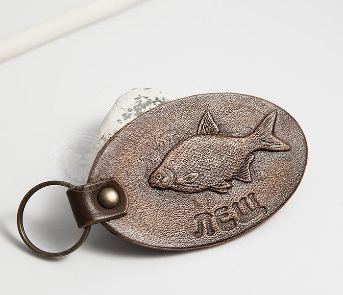 BY27-01-15 Кожаный брелок «Ловись рыбка. Лещ» фото 02