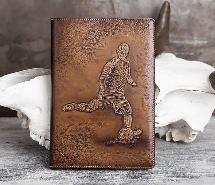 BY05-16-01 Кожаный ежедневник с изображением футболиста, тиснение (А5)