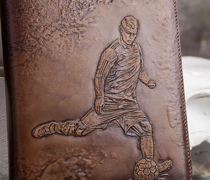 BY05-16-01 Кожаный ежедневник с изображением футболиста, тиснение (А5) фото 02