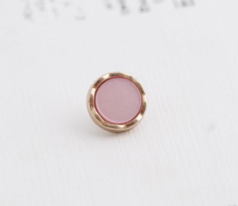 Пуговица маленькая, на ножке, с пластиковой вставкой, металл золотого тона, вставка светло-розовая, 9 мм
