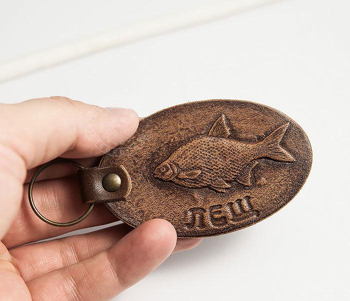 BY27-01-15 Кожаный брелок «Ловись рыбка. Лещ» фото 06