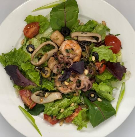 Теплый салат с морепродуктами и осьминогом