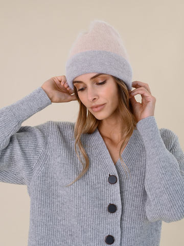 Женская шапка бежевого цвета из ангоры - фото 4