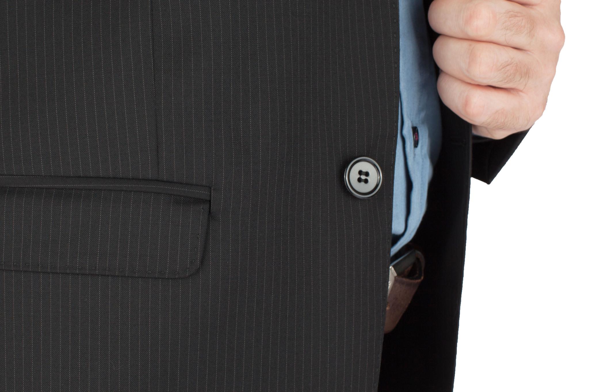 Чёрный костюм в тонкую полоску из 100%-ной шерсти, накладной карман