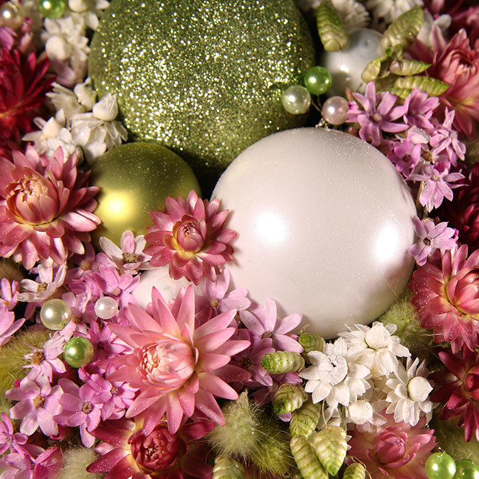 Интерьерная композиция с елочными шарами