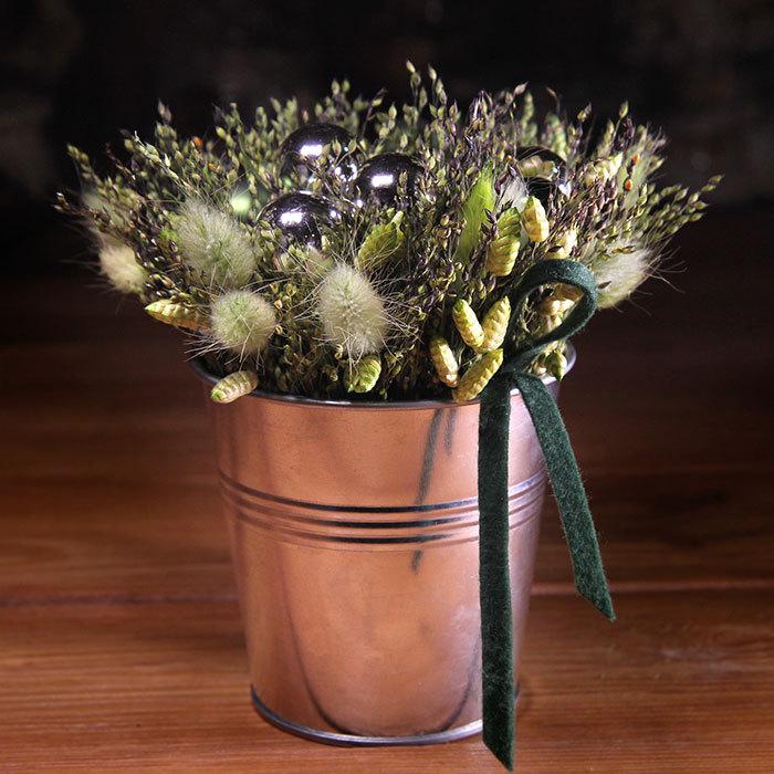 Купить интерьерную композицию из сухоцветов и елочных шаров в металлическом кашпо черный блестящий