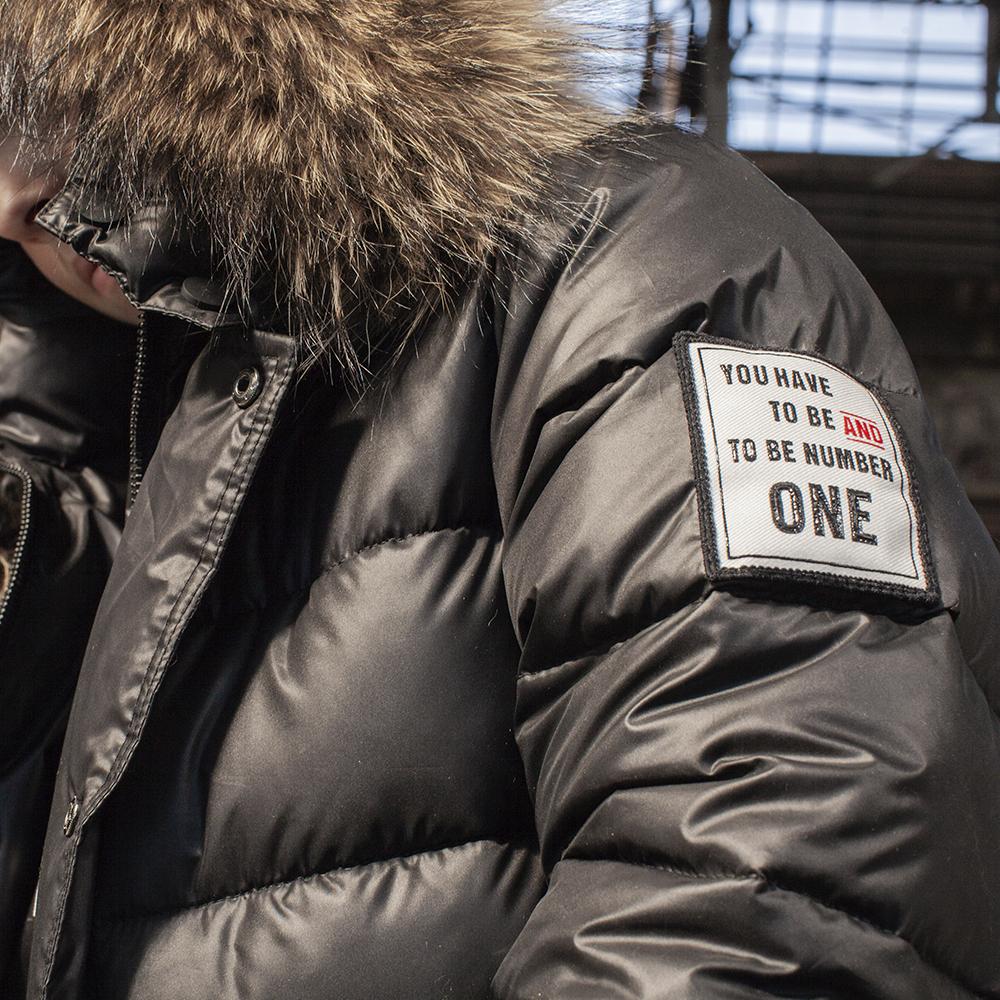 Подростковая зимняя куртка с натуральной опушкой черного цвета на мальчика