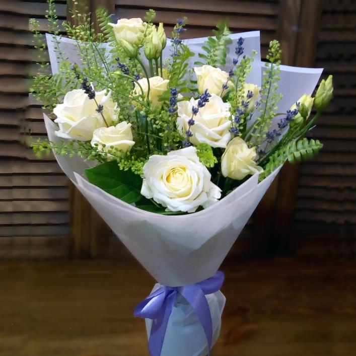 Недорогой букет из белых роз купить в Перми
