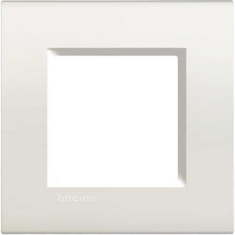 Рамка 1 пост, прямоугольная форма. НЕЙТРАЛЬНЫЙ. Цвет Белый. Немецкий/Итальянский стандарт, 2 модуля. Bticino LIVINGLIGHT. LNA4802BI