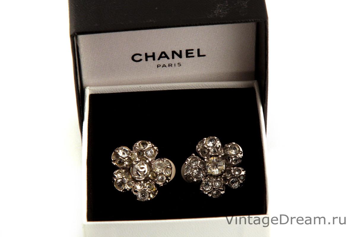 Стильные клипсы в виде камелий от Chanel