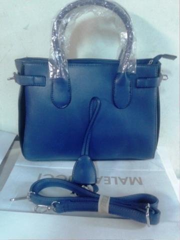 Синяя сумка жесткой формы с металлической фурнитурой