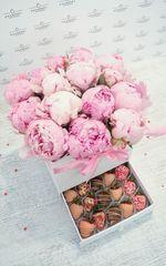 Шкатулка с пионами и клубникой в шоколаде