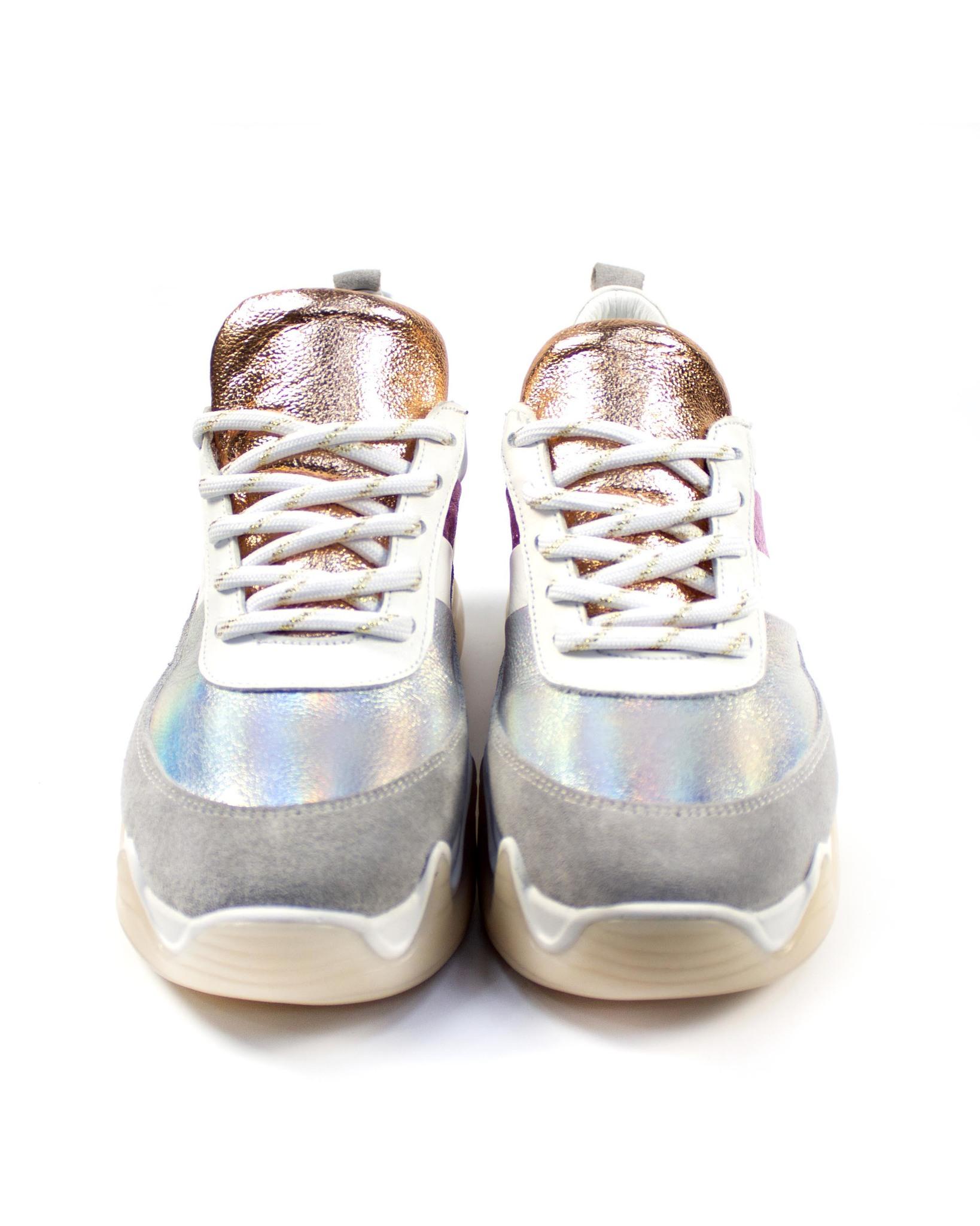 серебристые кроссовки SM