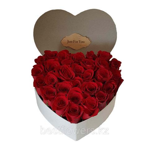 Сердце в коробке из красных роз